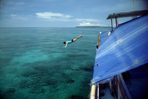 Plongeon dans la mer en Indonésie