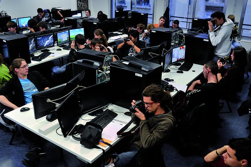 File:Etudiants de Bachelor Infographie 3D en salle informatique.jpg