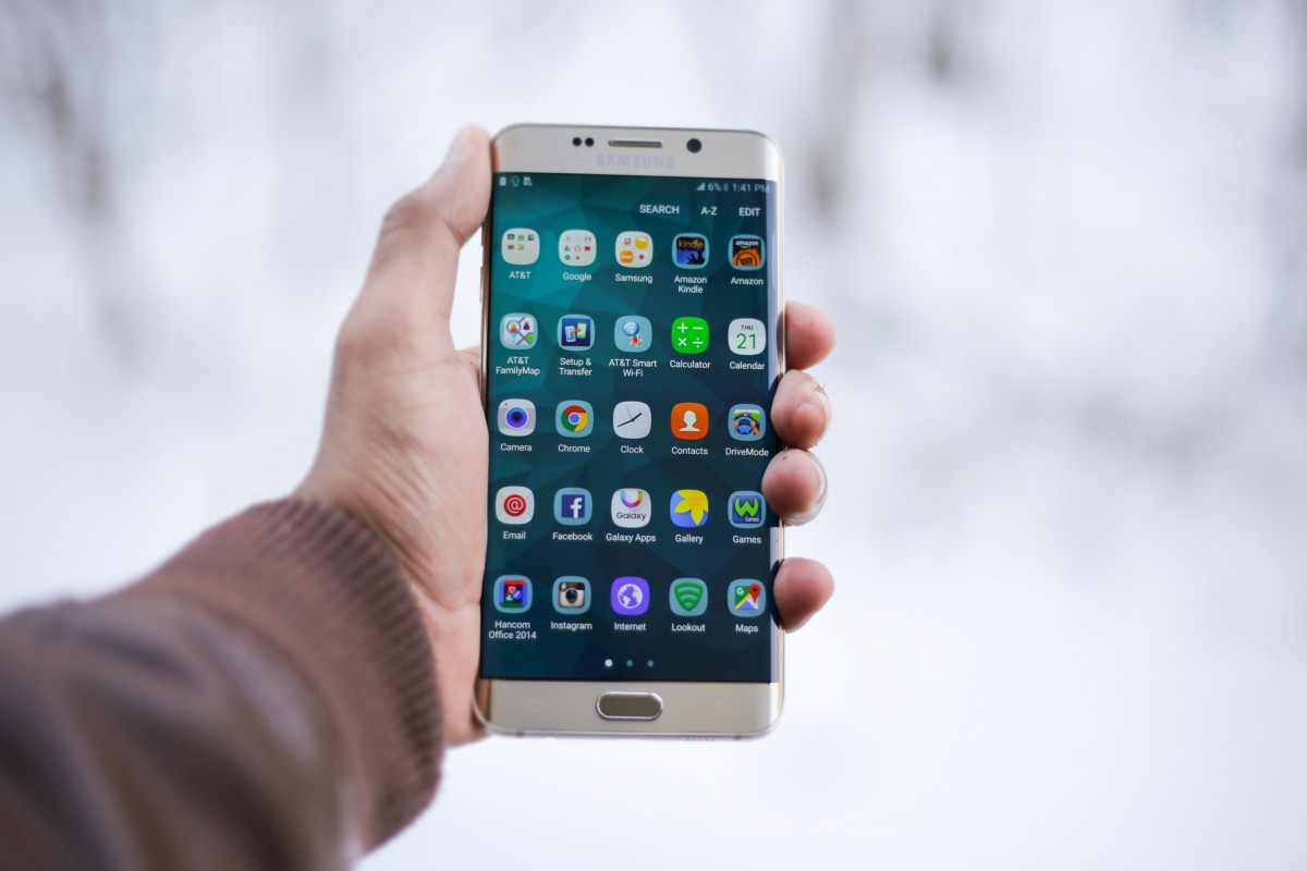 téléphone intelligent main écran La technologie Téléphone gadget téléphone portable produit Samsung écran tactile Android capture d'écran maquette applications applications Appareil de communication portable dispositif de communication Téléphone fonction Samsung Galaxy S6 Edge Plus